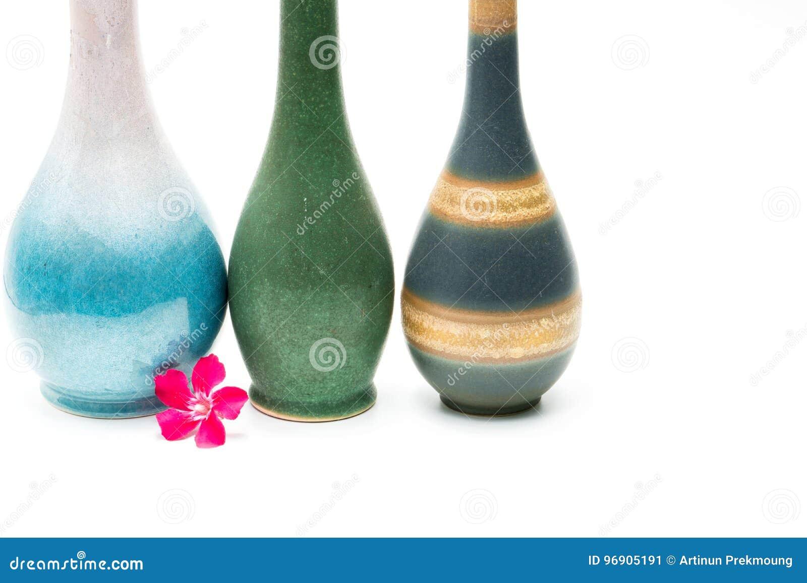 Vases modernes à poterie avec les beaux modèles, fleur rose devant des vases d isolement