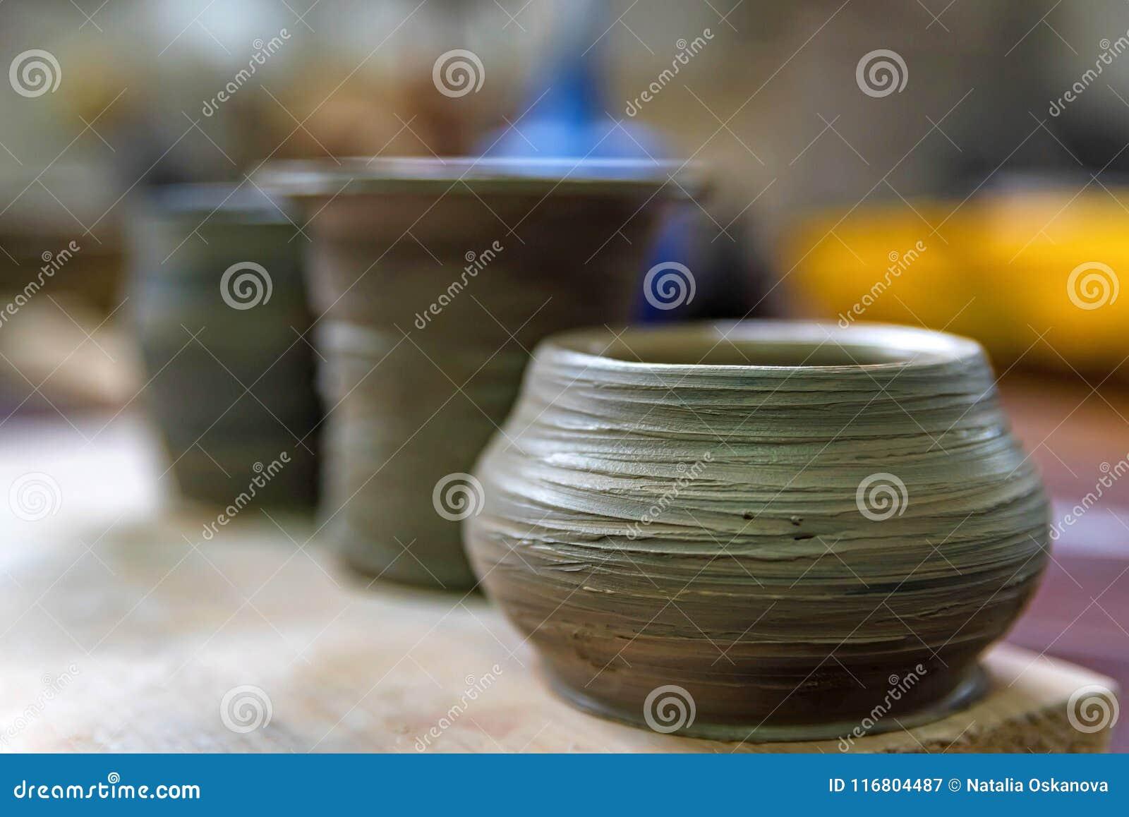 Vasi appena fatti dell argilla nell officina delle terraglie