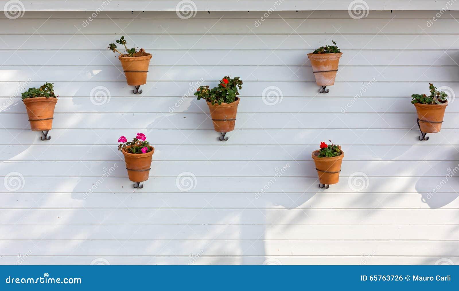 Vasi da fiori appesi su una parete esterna fotografia for Vasi appesi