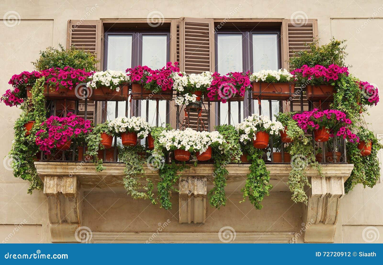 Vasi da fiori sul balcone di vecchia costruzione for Vasi per balcone