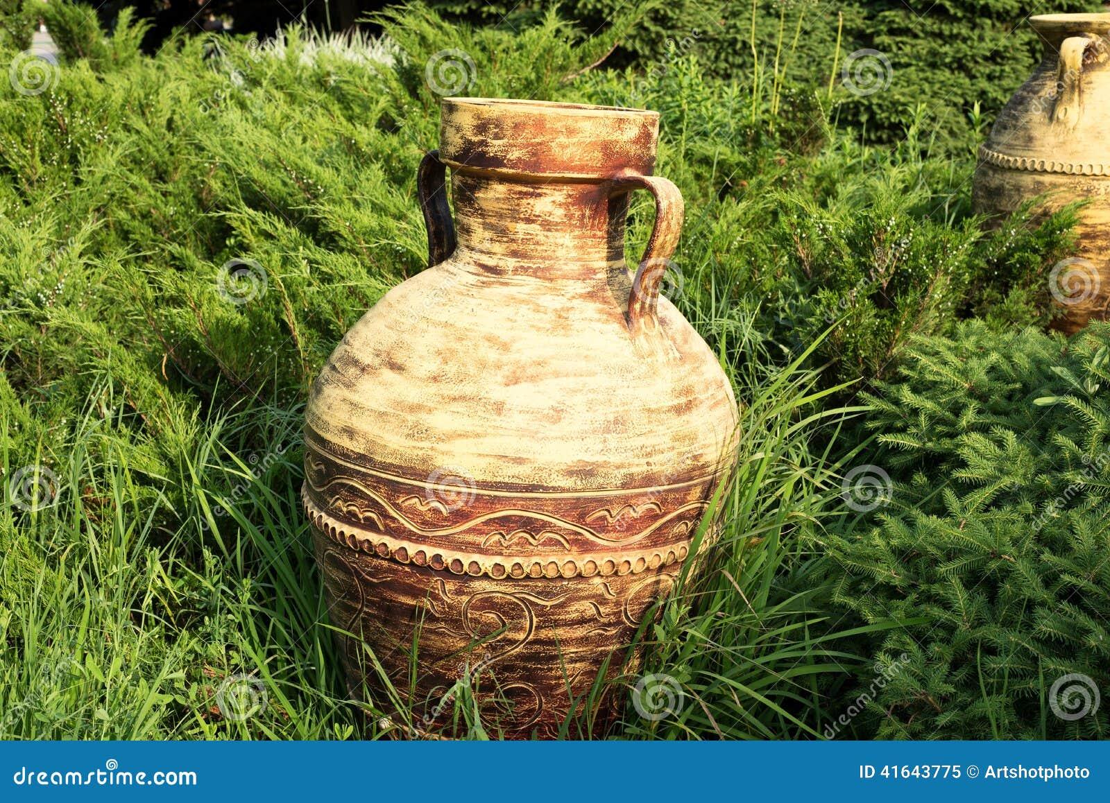 Vasi delle terraglie del giardino fotografia stock for Vasi erba