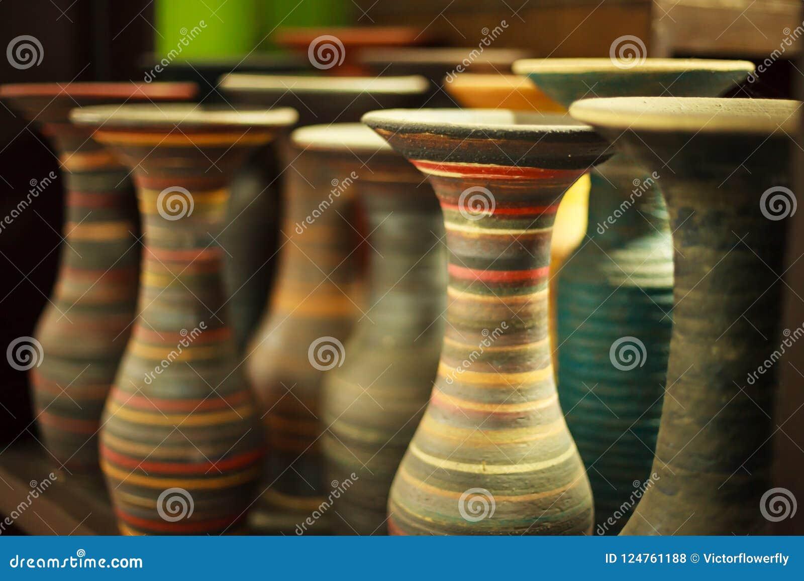 Vasi di fiore tradizionali variopinti multicolori messi a fuoco selettivi di spirale della scultura di argilla del primo piano su