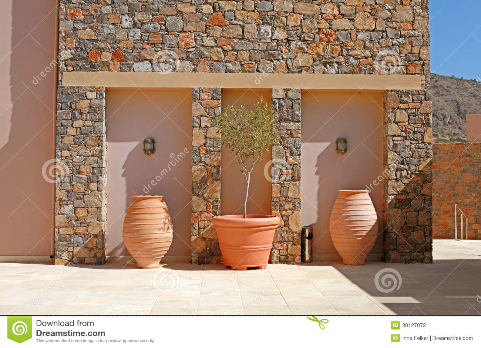 Parete di pietra con i vasi di terracotta dell 39 albero for Vasi in terracotta prezzi
