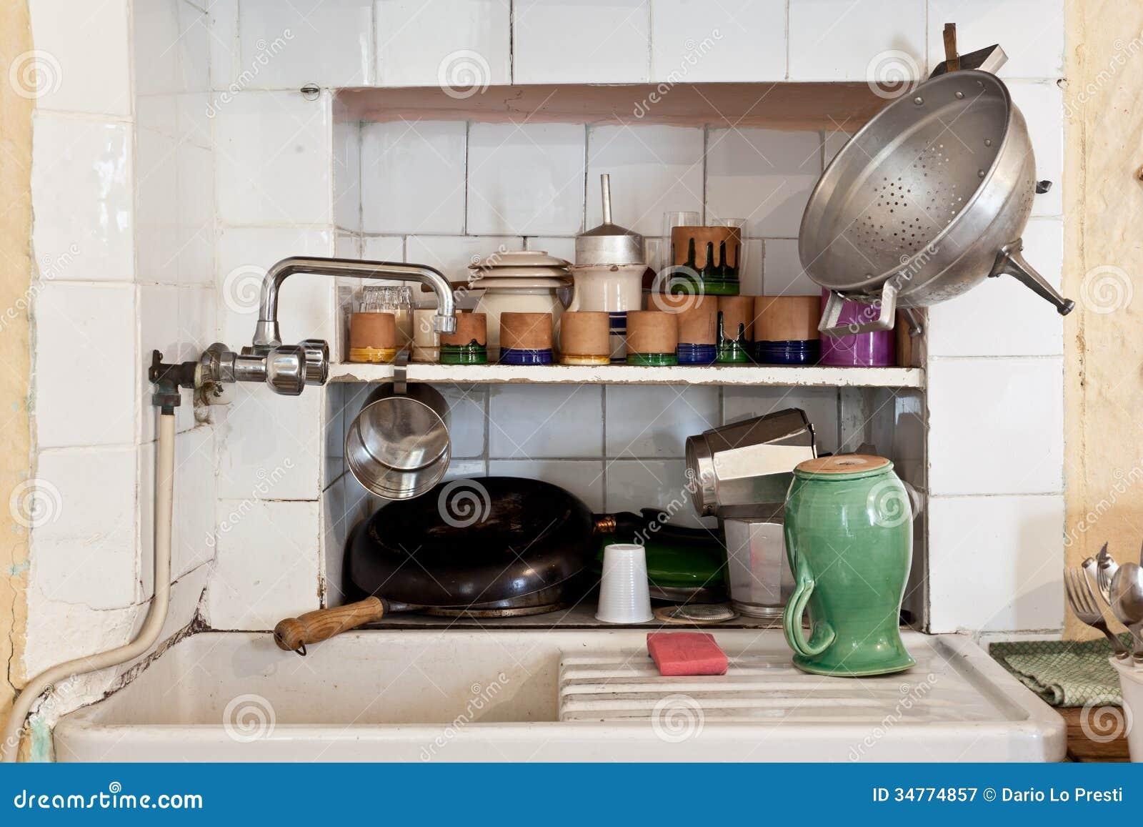 Vask av ett gammalt kök fotografering för bildbyråer. Bild av ...