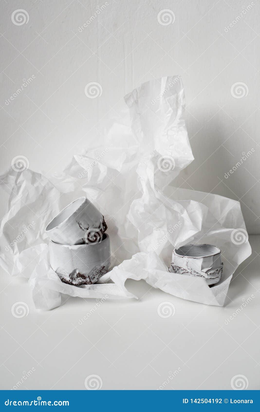 Vaso cerâmico feito a mão no Livro Branco amolgado