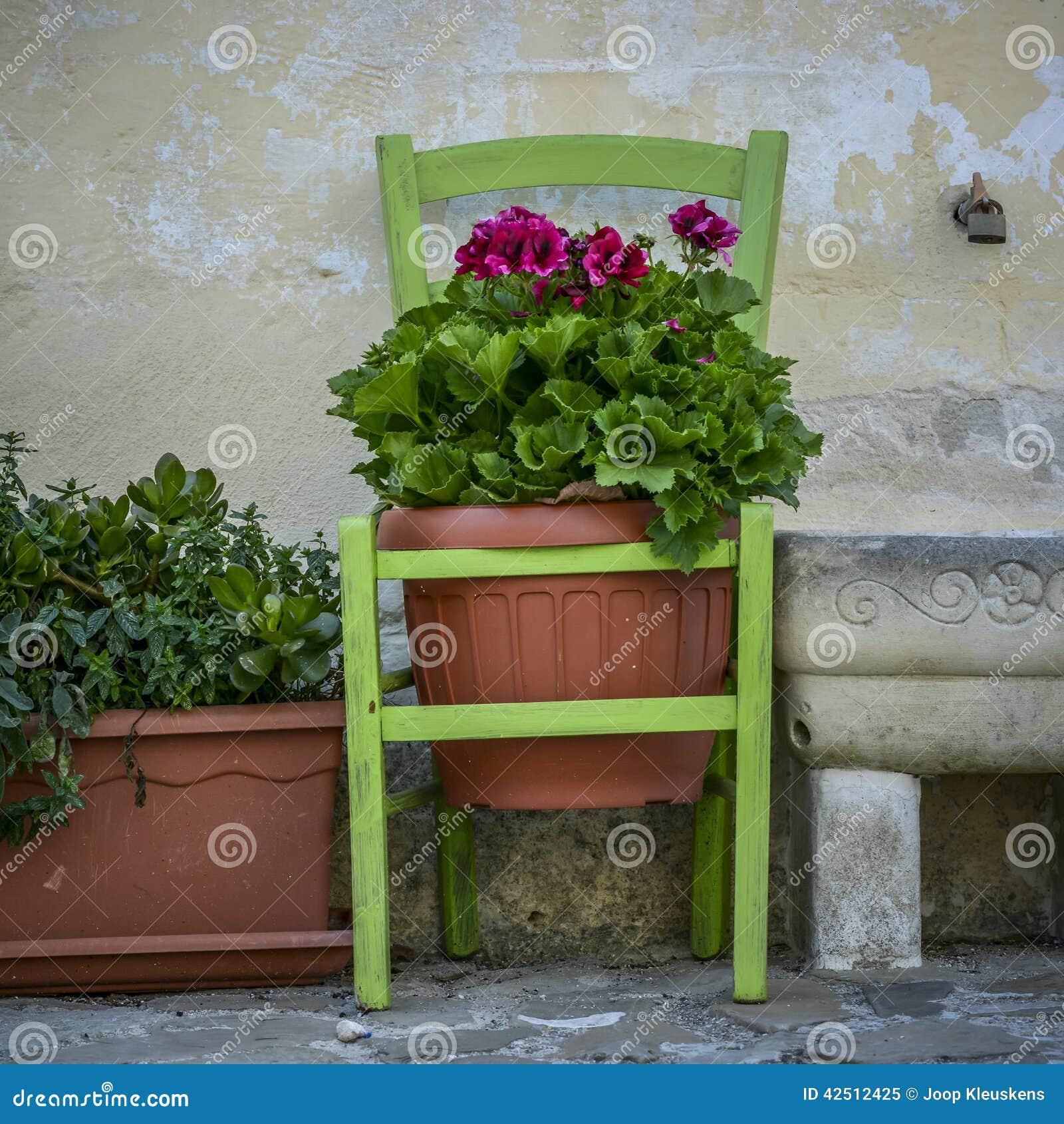 Vaso da fiori di terracotta che appende in una sedia for Vasi da ringhiera