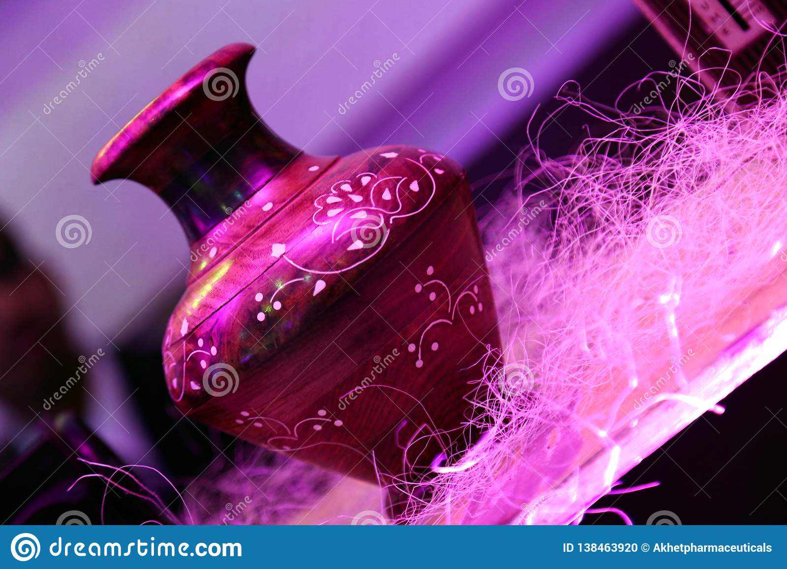 Vaso de madeira de Brown com projeto épico colorido branco