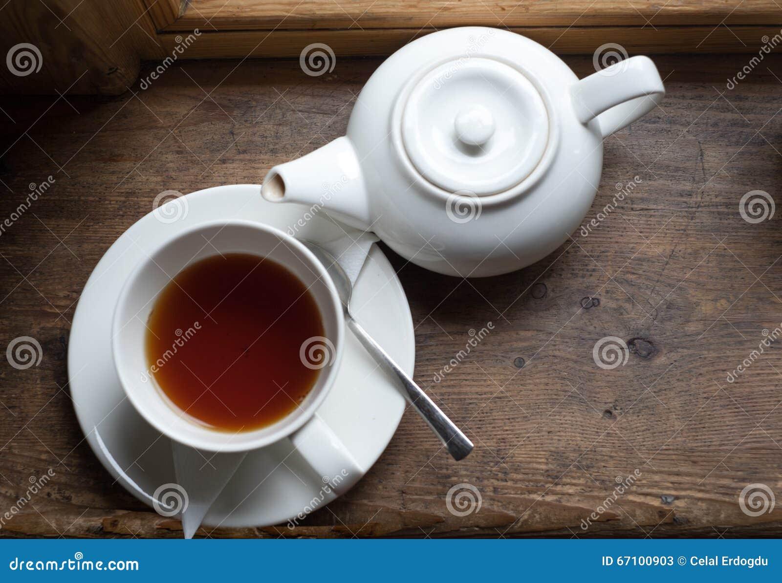 Vaso e zucchero della tazza di tè sulla tavola di legno