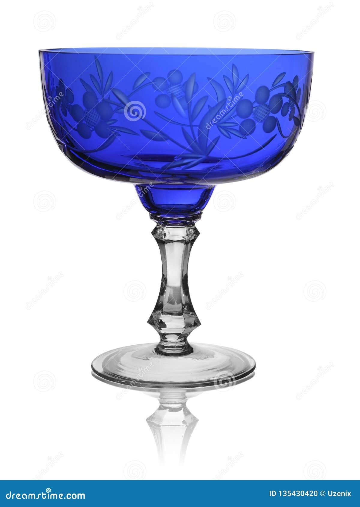 Vaso un insalatiera da vetro blu su un fondo bianco