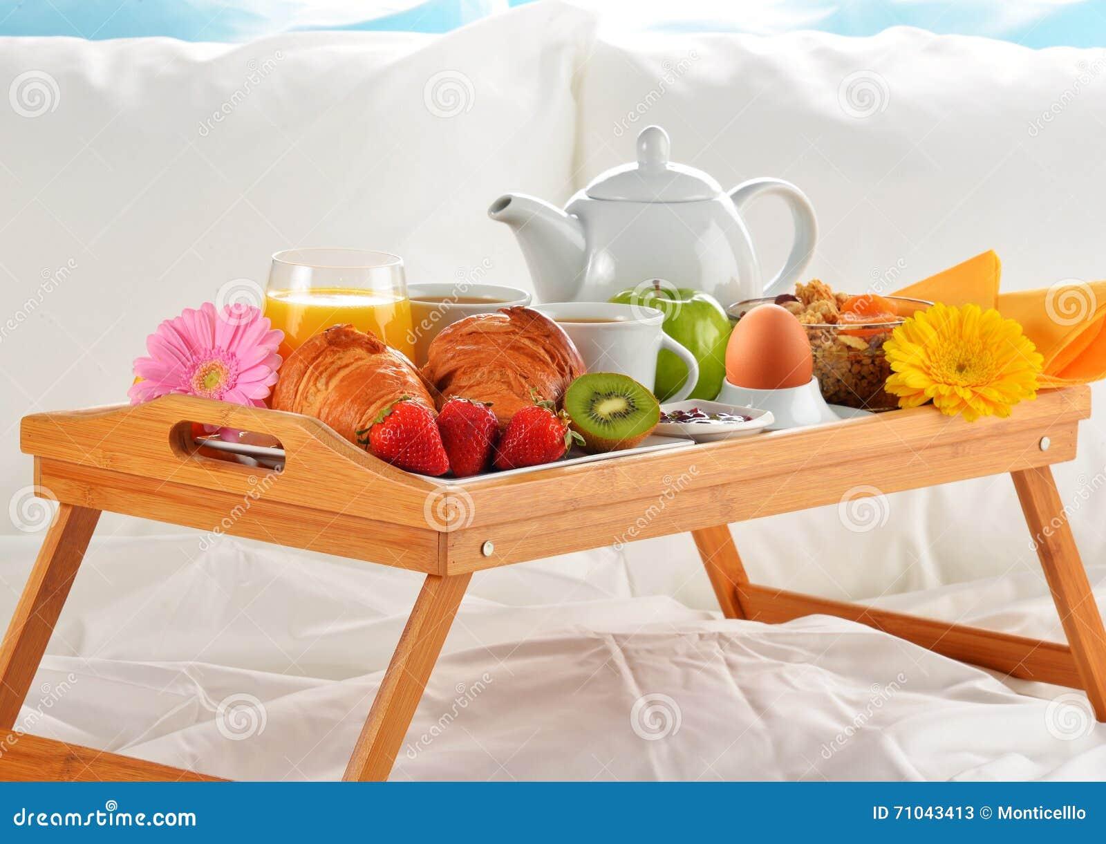 Vassoio della prima colazione a letto nella camera di - Vassoio colazione letto ...