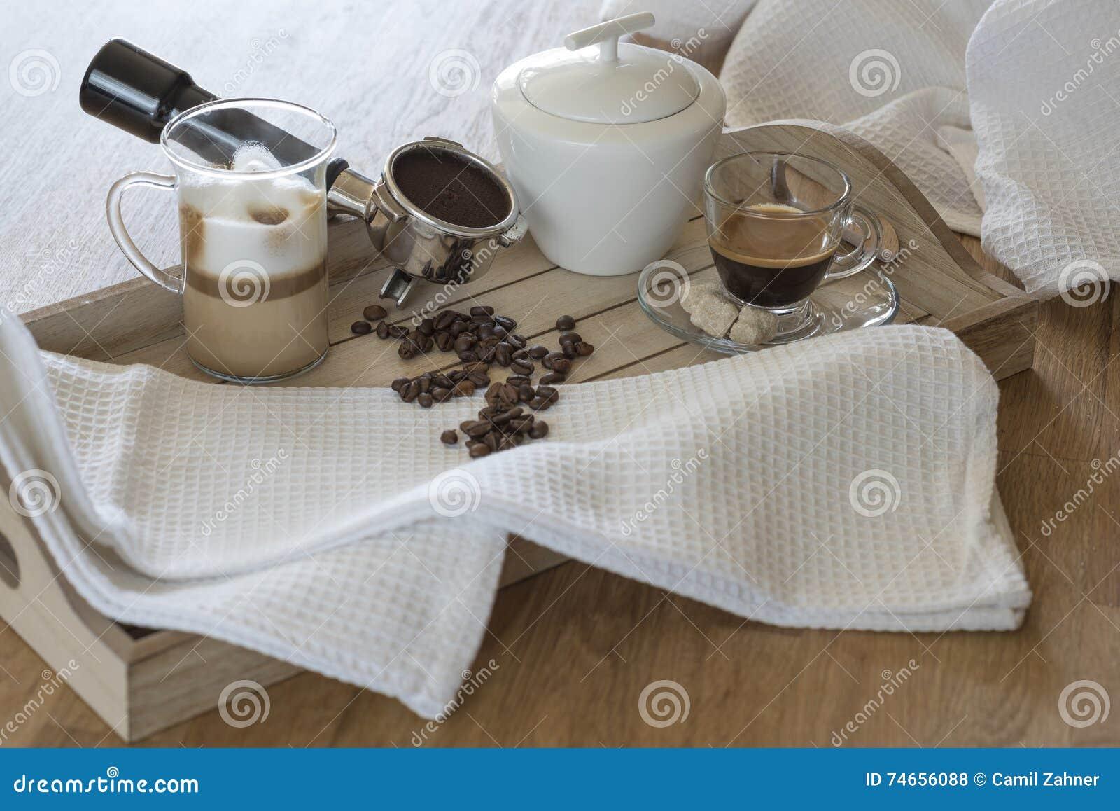 Vassoi In Legno Con Vetro : Vassoio di legno con vetro del macchiato e del caffè espresso del