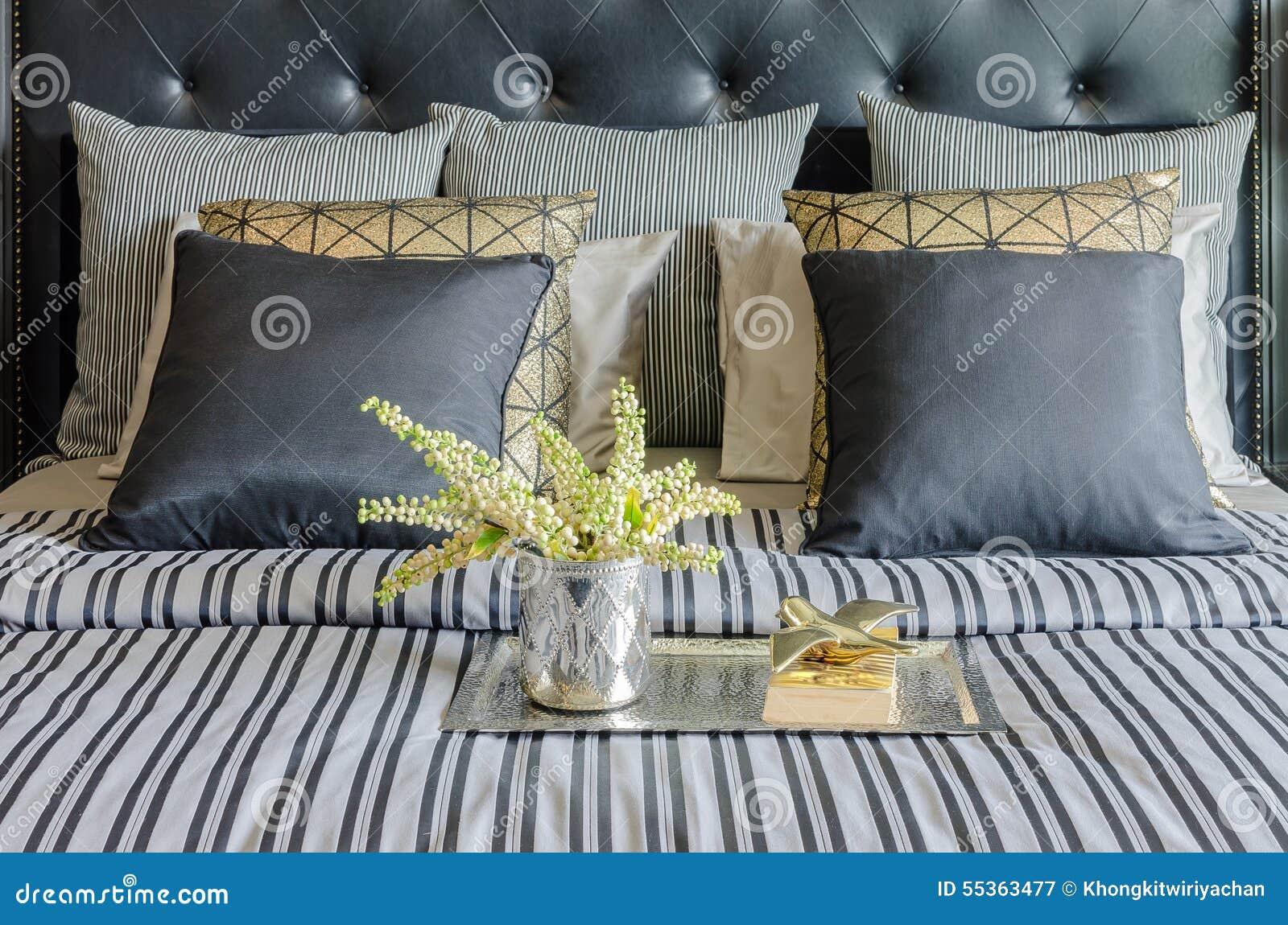 Vassoio di libro con il vaso della pianta sul letto in camera da letto di lusso