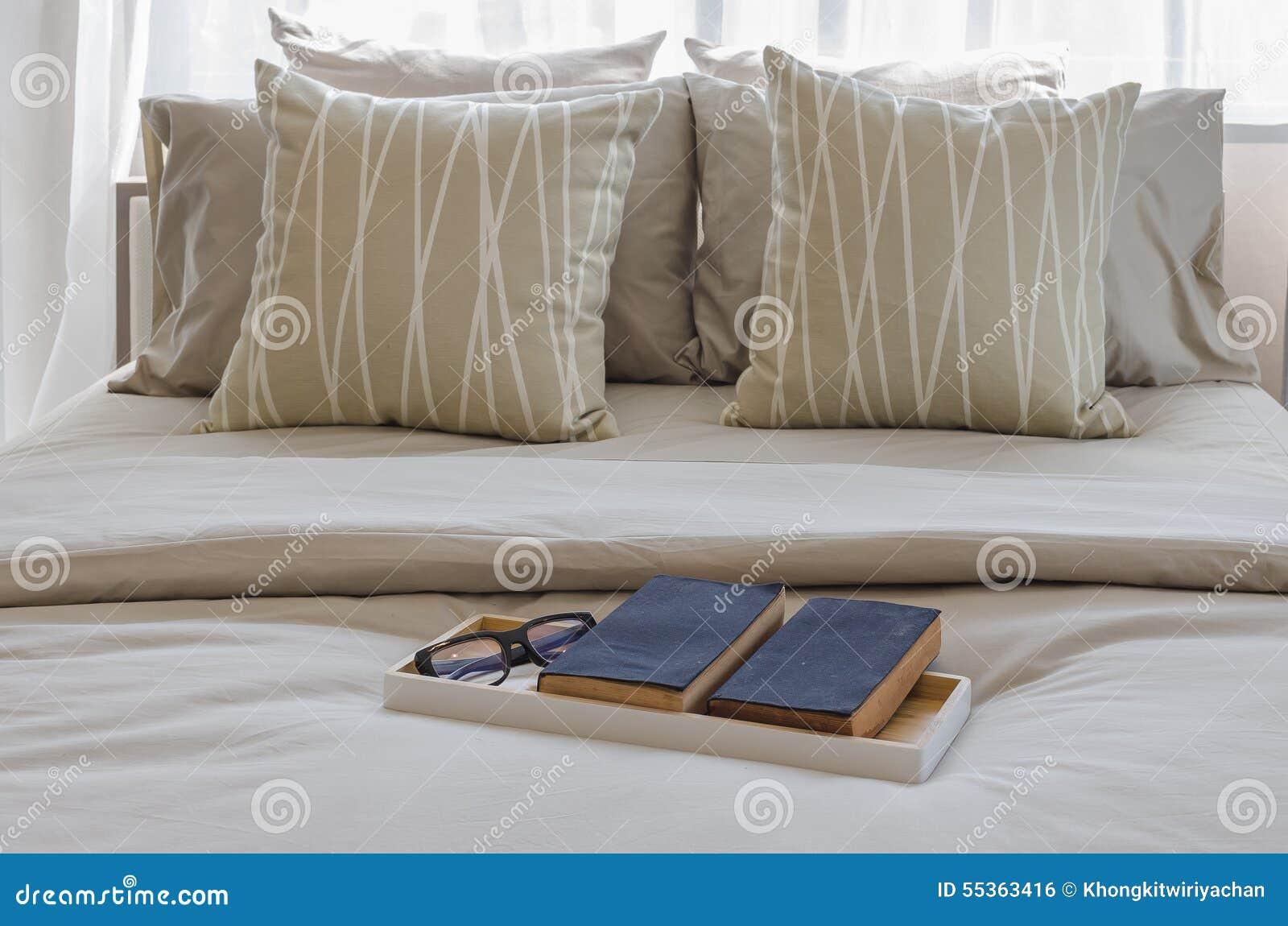 Vassoio di libro con vetro sul letto in camera da letto di lusso