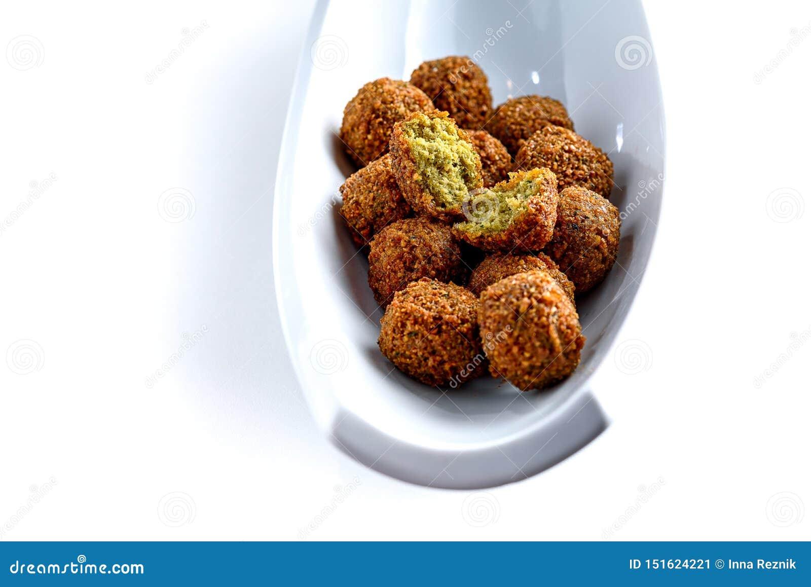 Vassoio fantastico ed irresistibile delle palle appena-fritte del falafel
