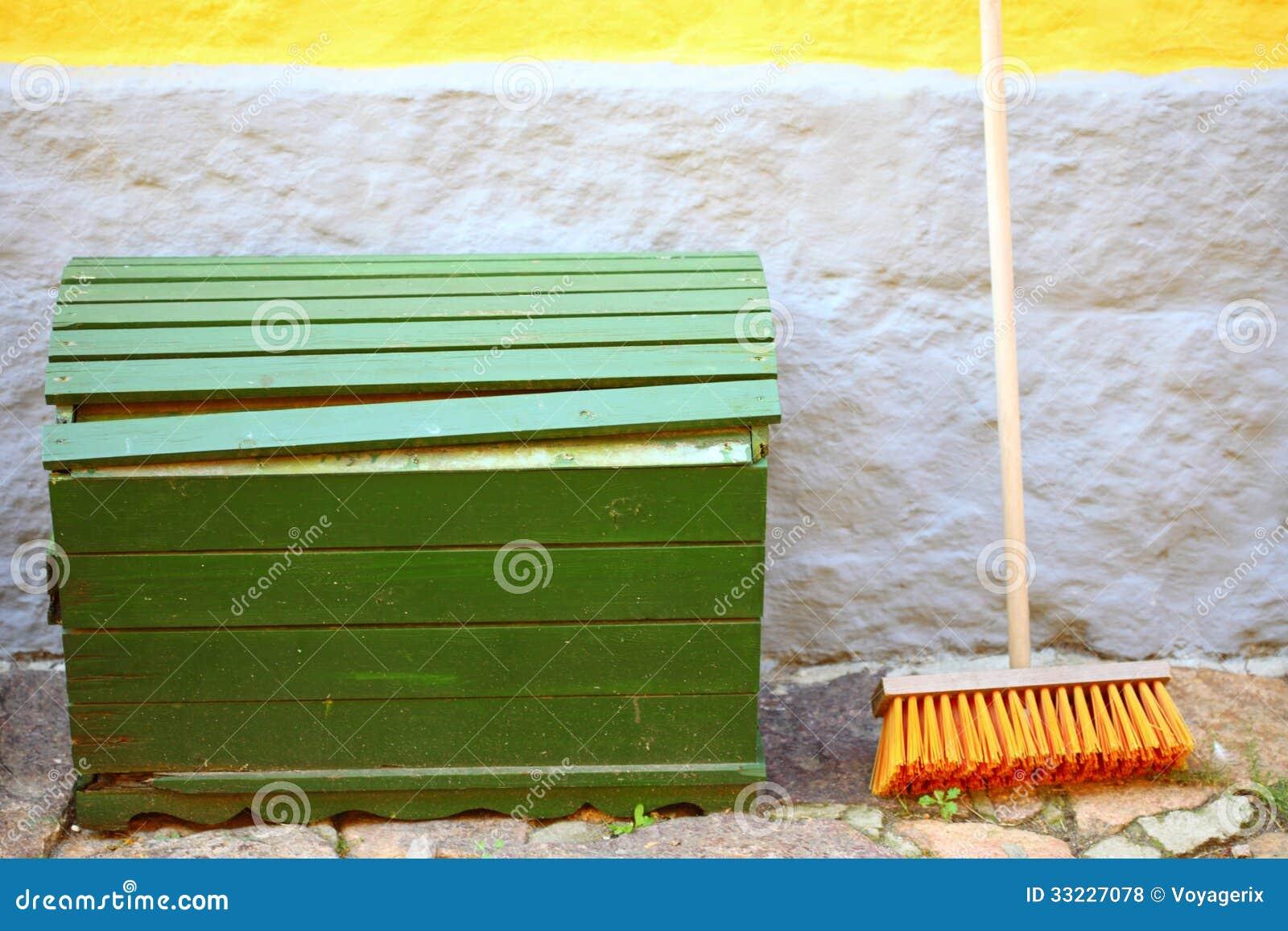 Fotos de Stock Royalty Free: Vassoura na parede e na caixa de madeira  #C4A707 1300x957