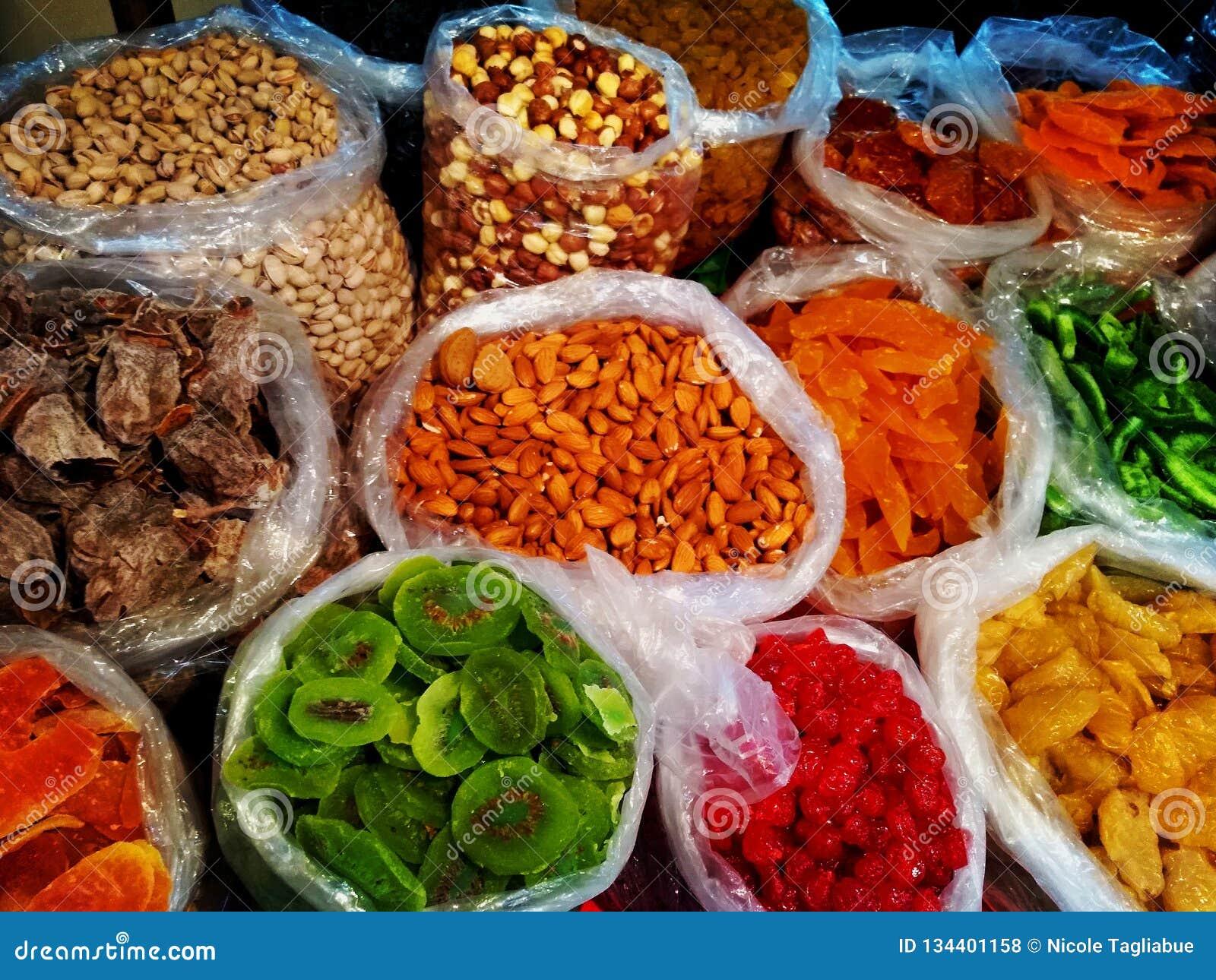 Vasta gamma georgiana di alimento tradizionale colourful sulla vendita nel negozio del mercato di viuzza - primo piano sui dadi e