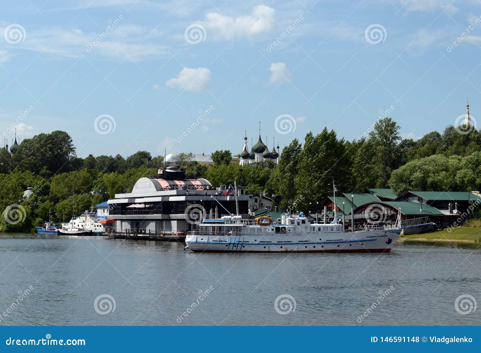 Vastgelegd bij het restaurant ?Vlotter ?het schip ?Akademik Vavilov ?in Yaroslavl