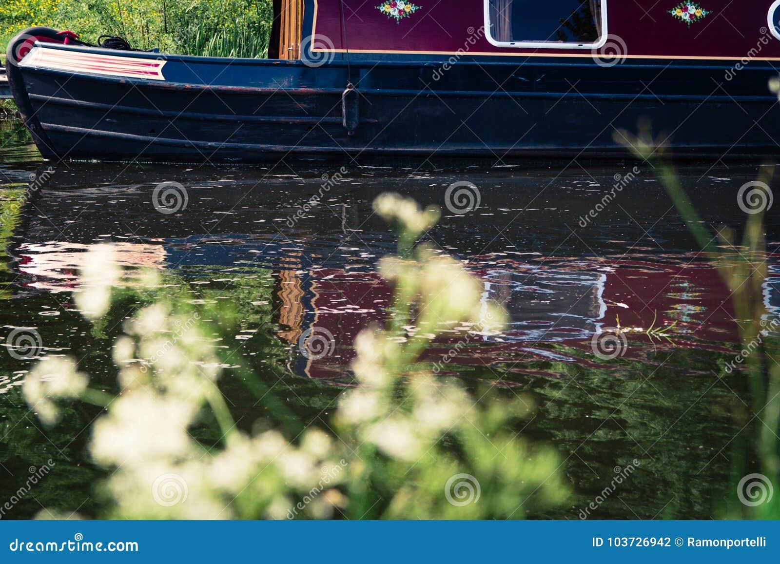Vastgelegd kanaalschip in een rivier in Schotland, het Verenigd Koninkrijk met zo