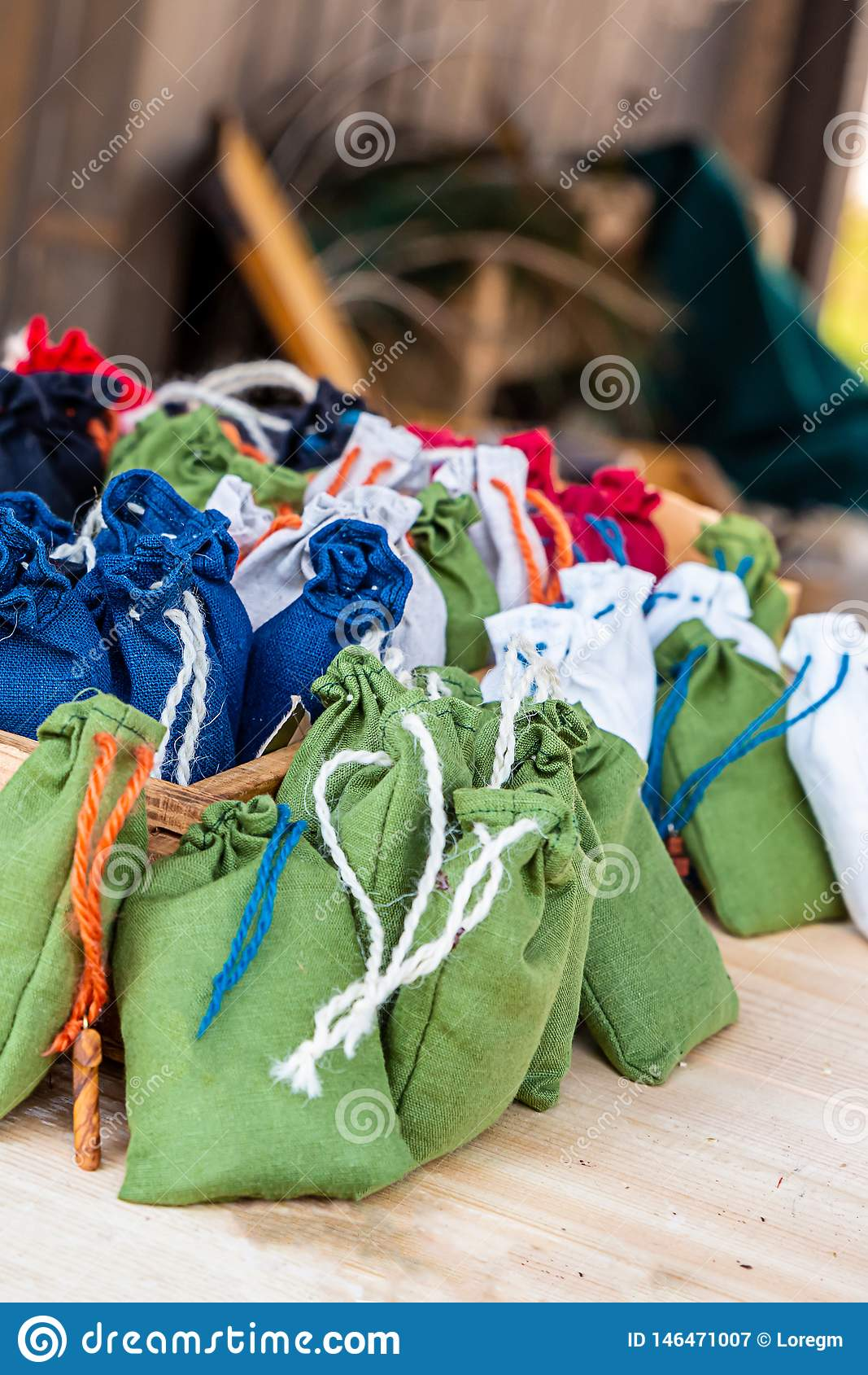 Vastgestelde groene donkerblauwe witte multicolored de kabelband van de zakjute op de tegen middeleeuwse medaillewinnaar