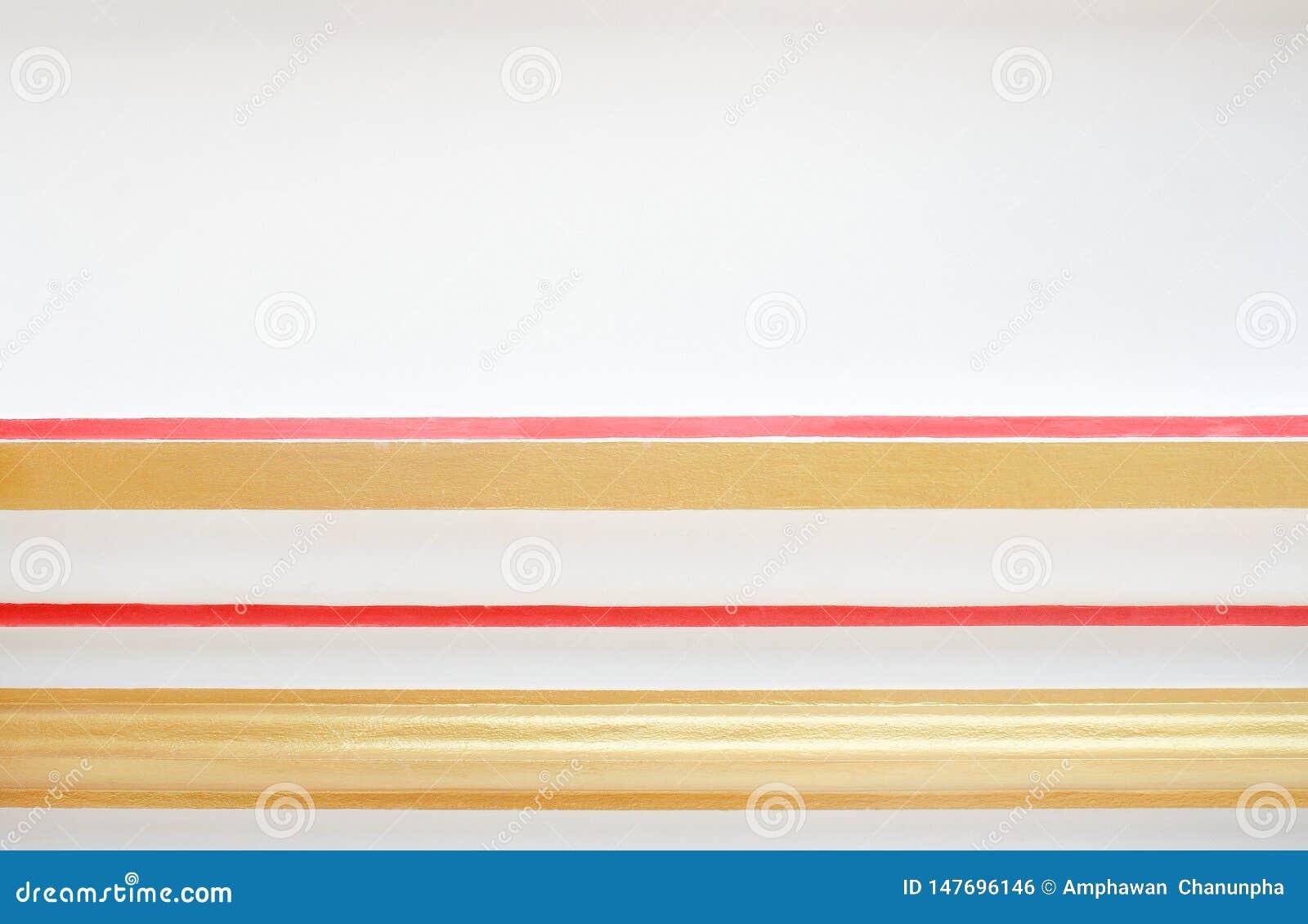 Vat de textuur kleurrijke gouden en rode lijn in horizontale patronen op witte concrete muur voor achtergrond en exemplaarruimte