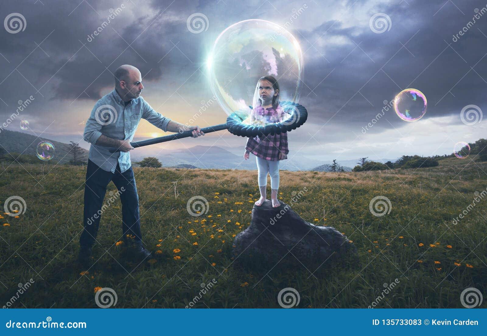 Vater, der Kind in eine Blase einsetzt