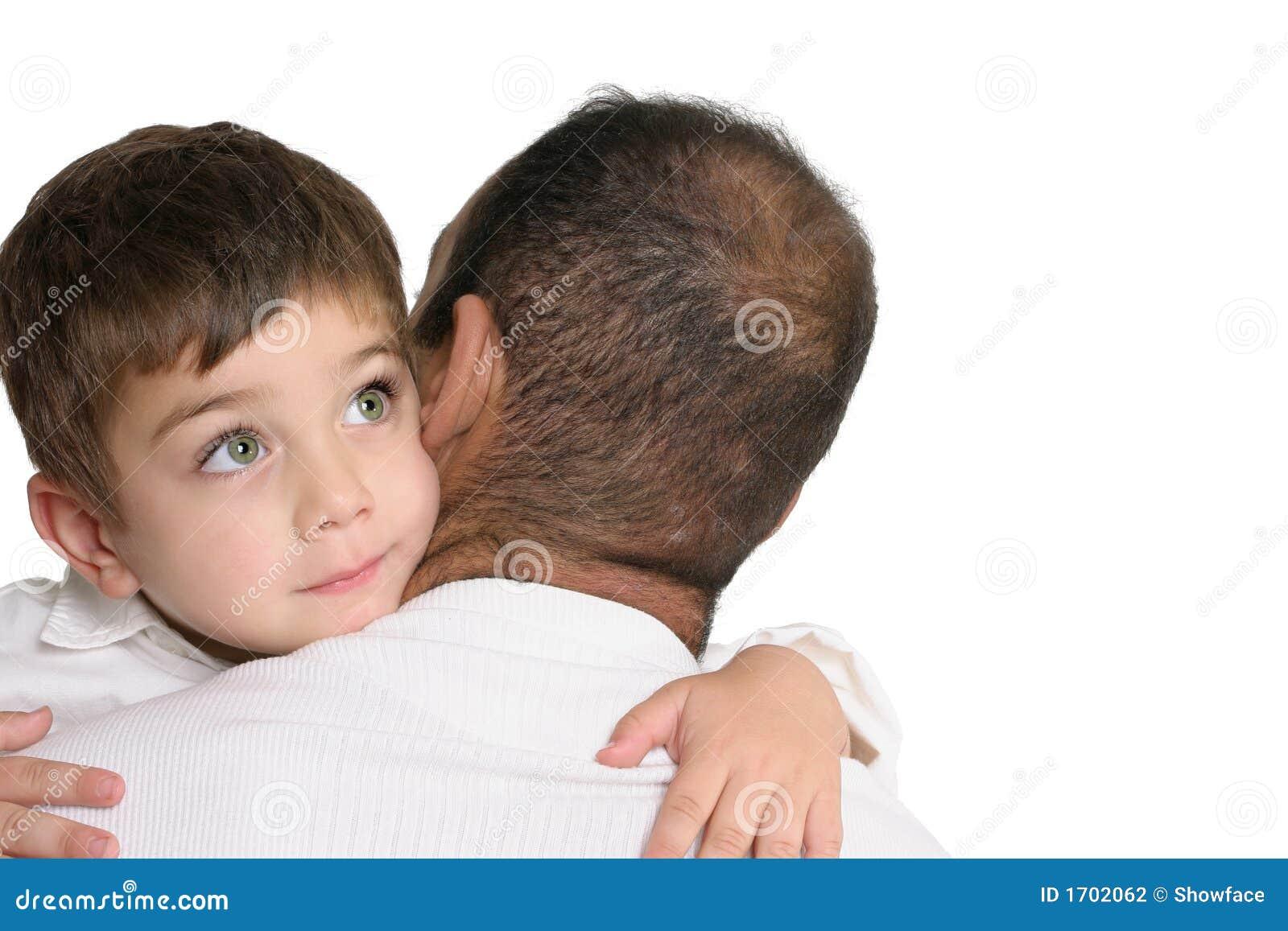 Vater, der seinen jungen Sohn trägt