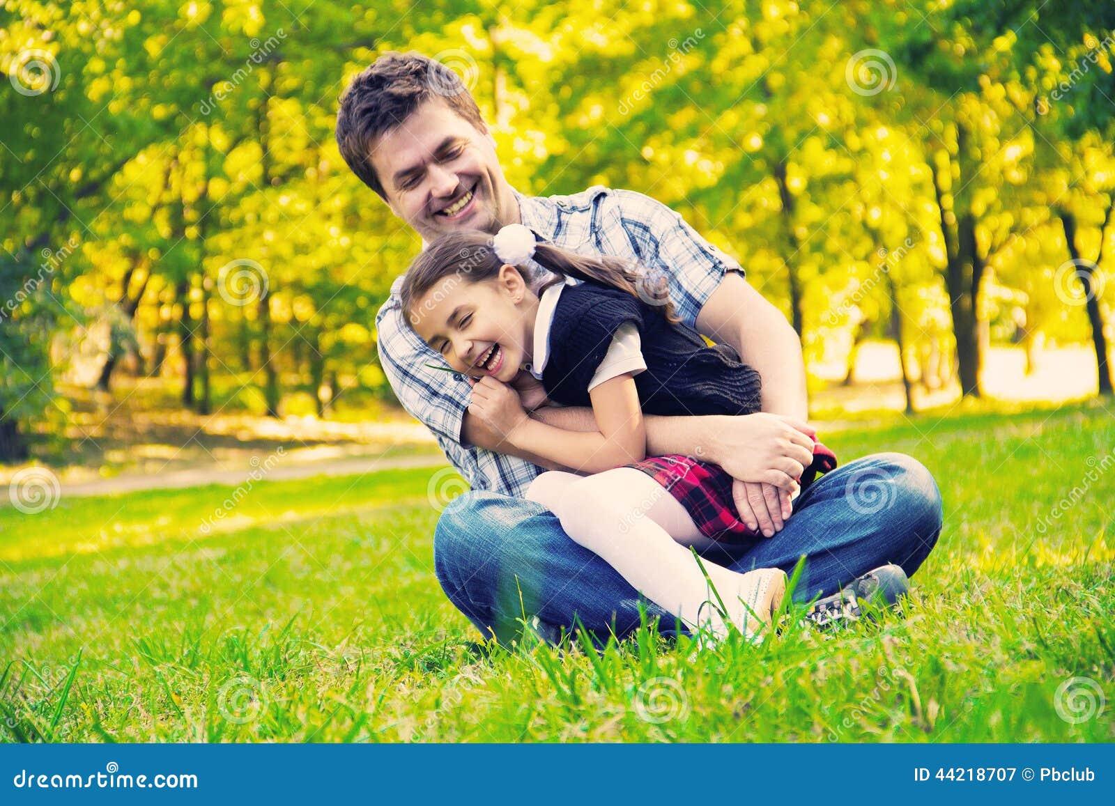 Vater, der Tochter im Park umarmt