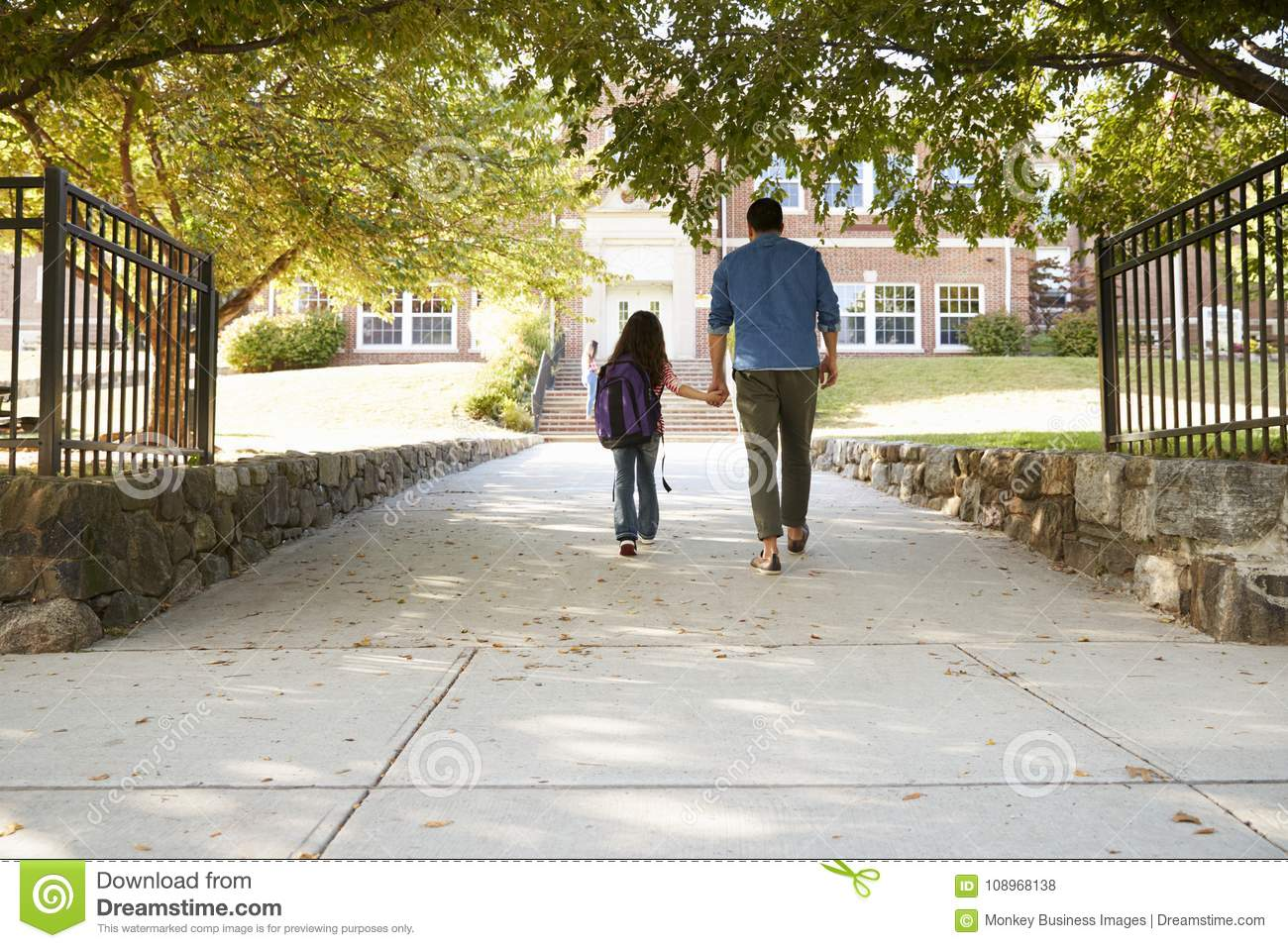 Vater Dropping Off Daughter in Front Of School Gates