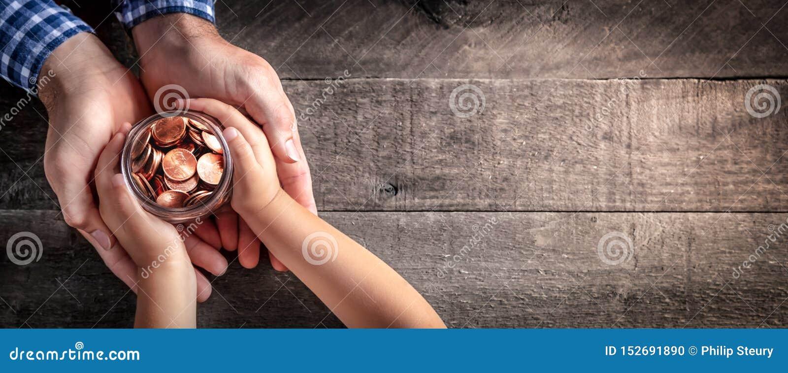 Vater Giving Jar Of prägt zum Kind