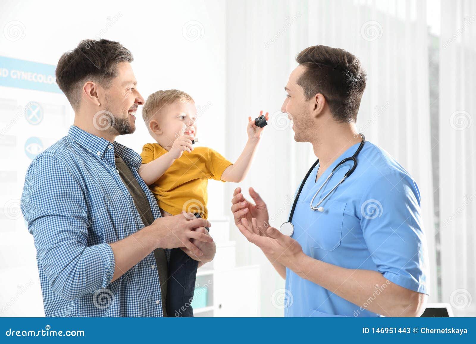 Vater mit Kinderbesuchsdoktor