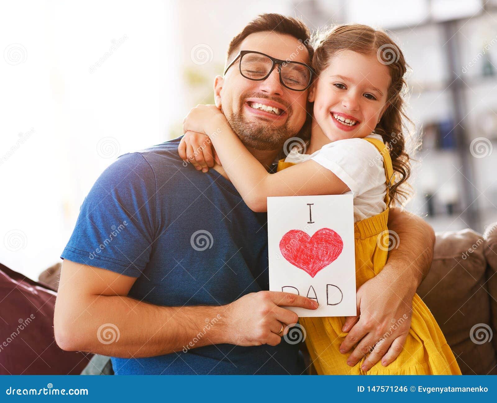 Vater `s Tag Gl?ckliche Familientochter, die Vati und Lachen umarmt