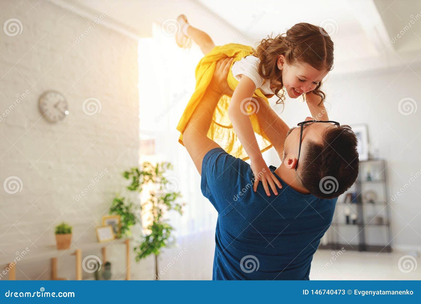 Vater `s Tag Gl?ckliche Familientochter umarmt seinen Vati