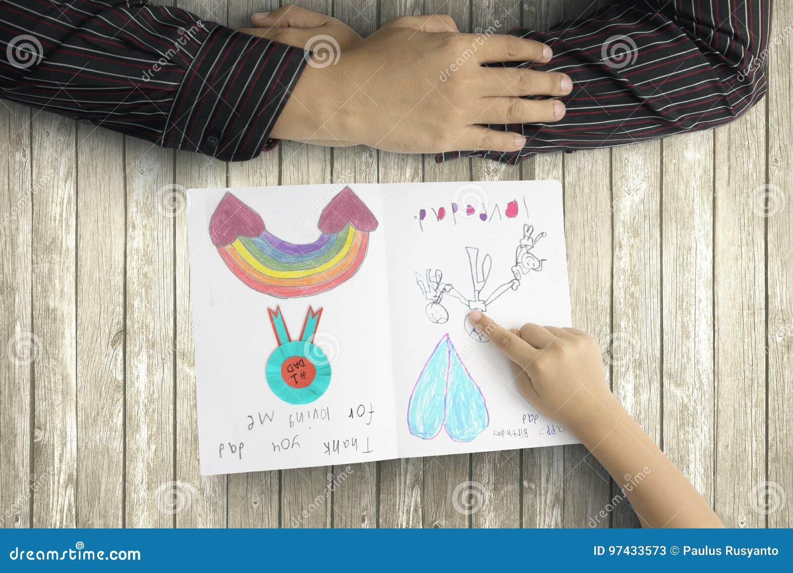 Vater- und Kinderhände mit Grußkarte