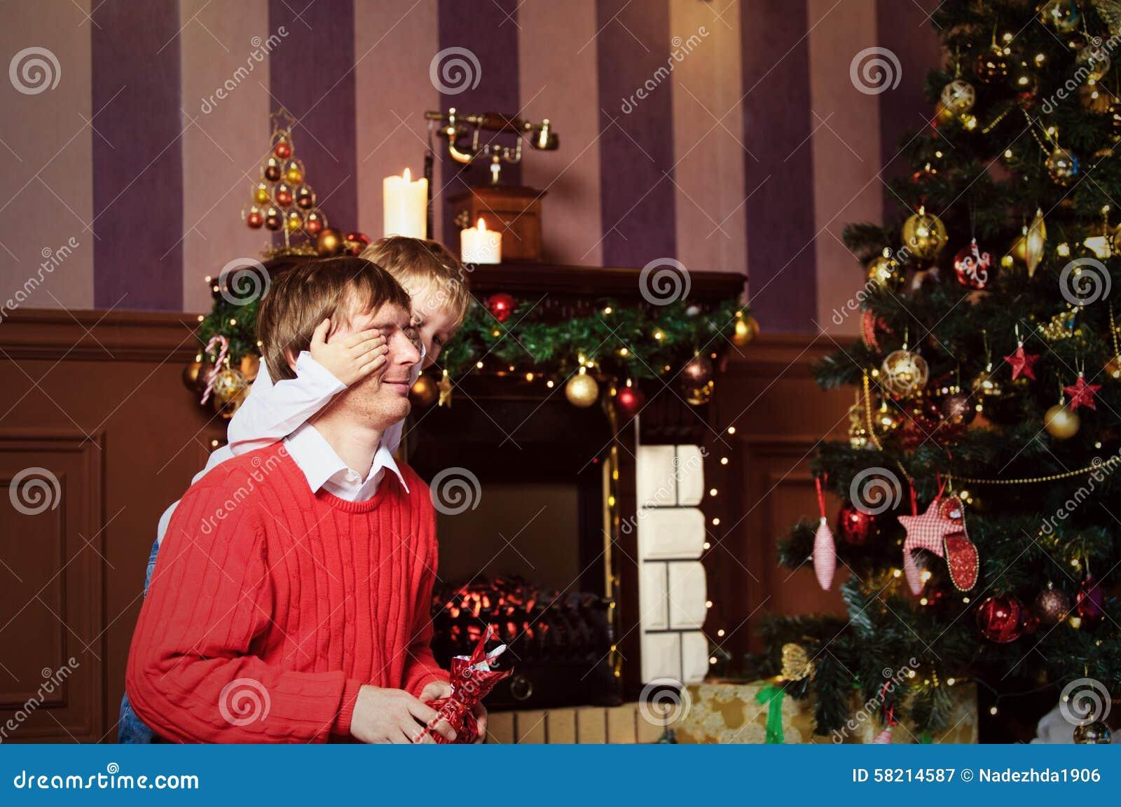 Vater Und Sohn, Die Geschenke Auf Weihnachten Geben Stockbild - Bild ...