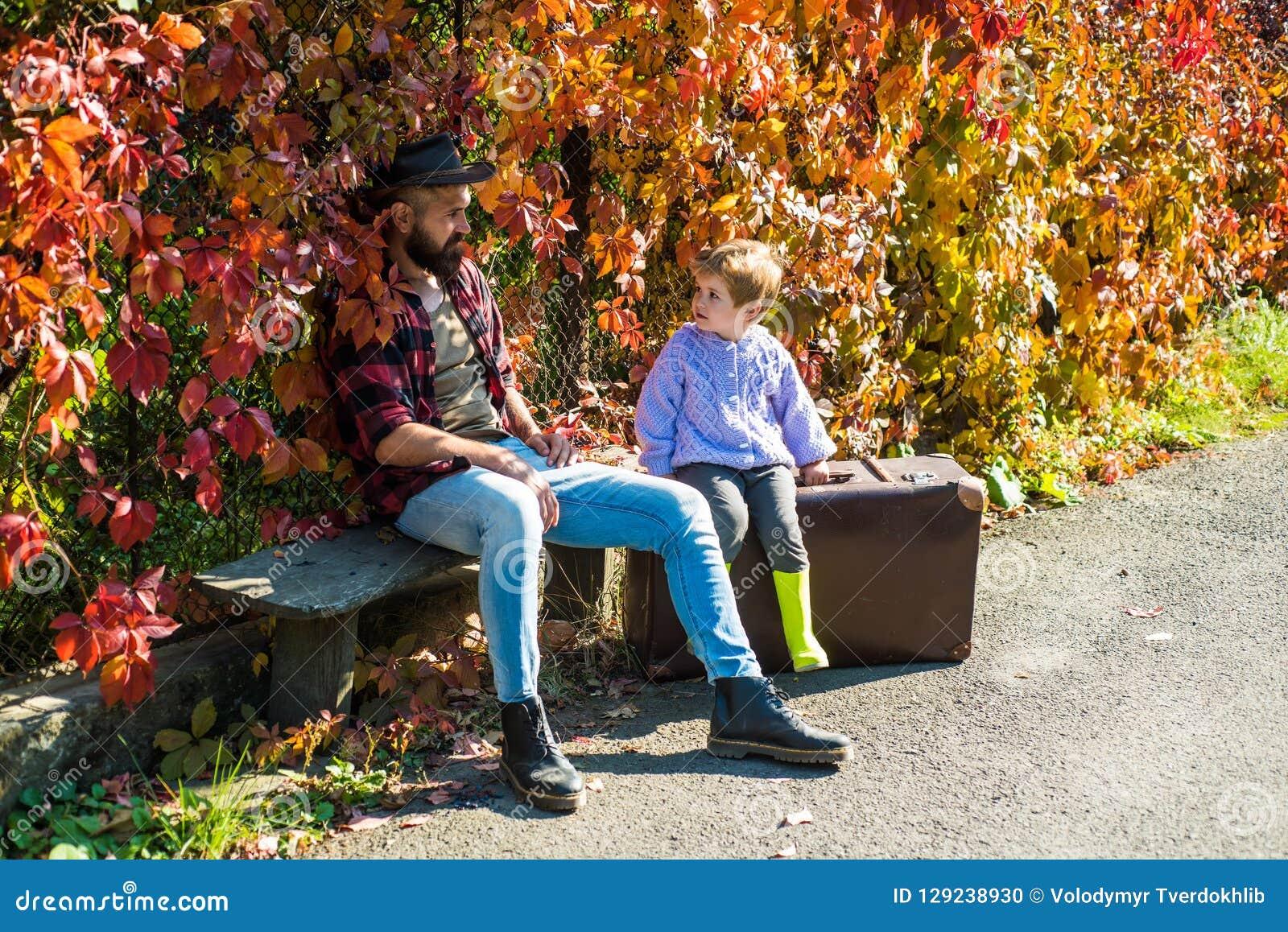 Vater- und Sohnkampieren Kleiner Junge mit seinem Vater im Herbst draußen Vati und Sohn im Herbst parken das Spiellachen