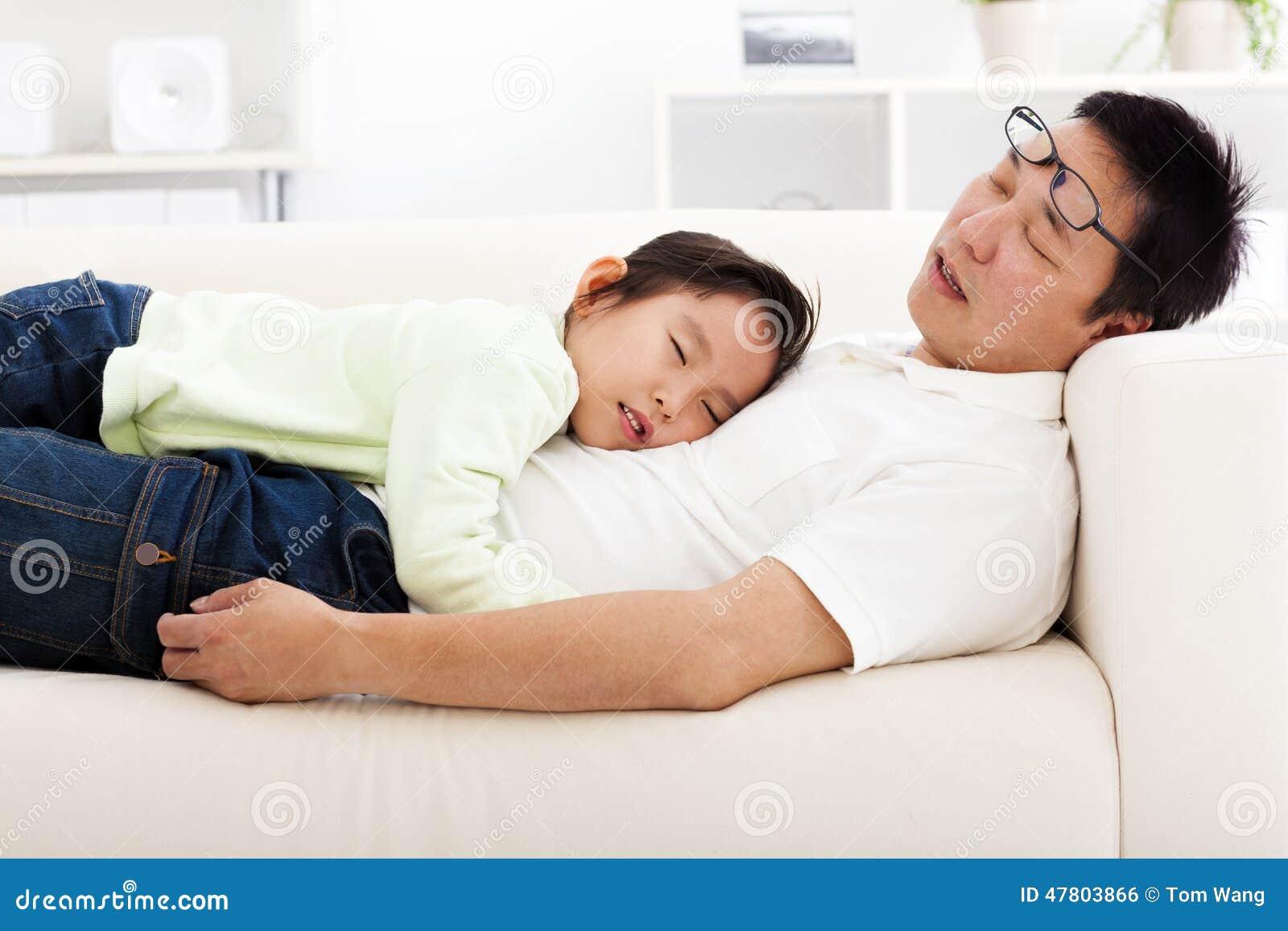 vater und tochter die auf dem sofa schlafen stockfoto bild von ruhig zuhause 47803866. Black Bedroom Furniture Sets. Home Design Ideas