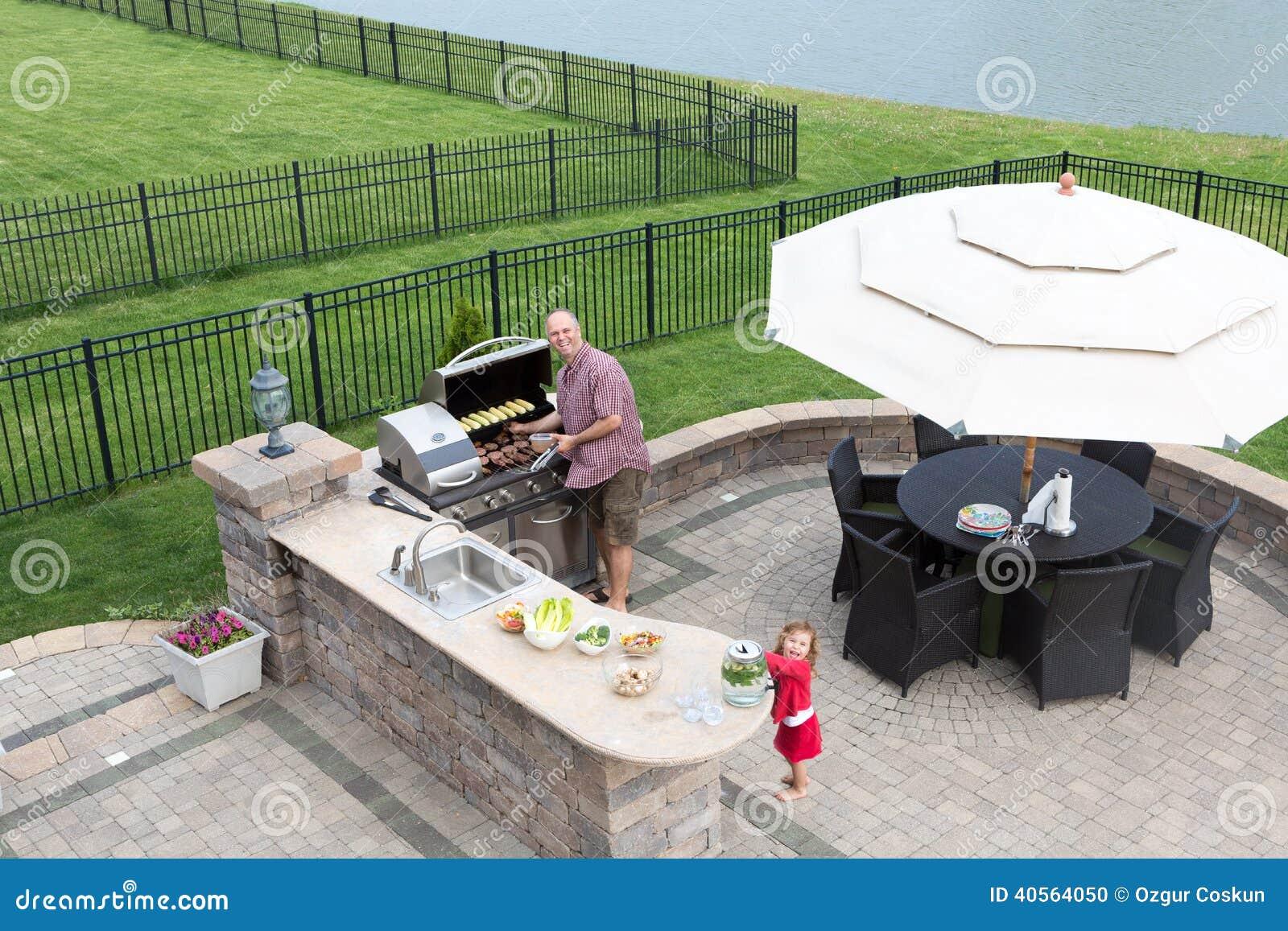 Sommerküche Zum Vorbereiten : Vater und tochter die einen grill vorbereiten stockfoto bild