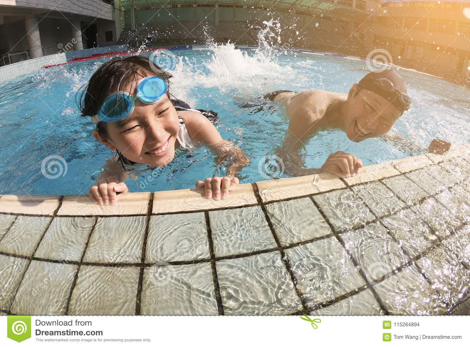 Vater und Tochter, die im Swimmingpool spielen