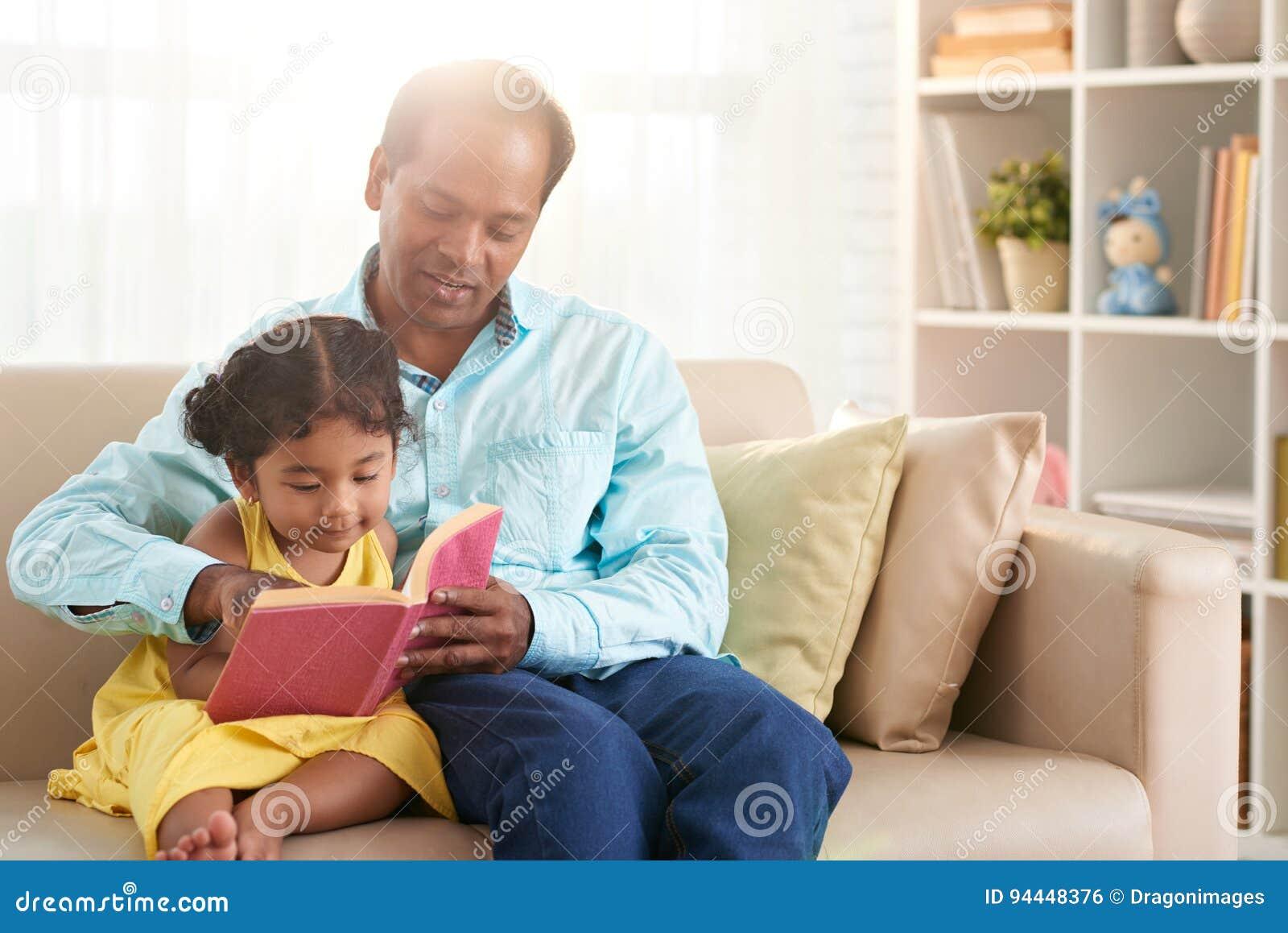 Vater Und Tochter, Die Zusammen Lesen Stockfoto - Bild von sitting ...