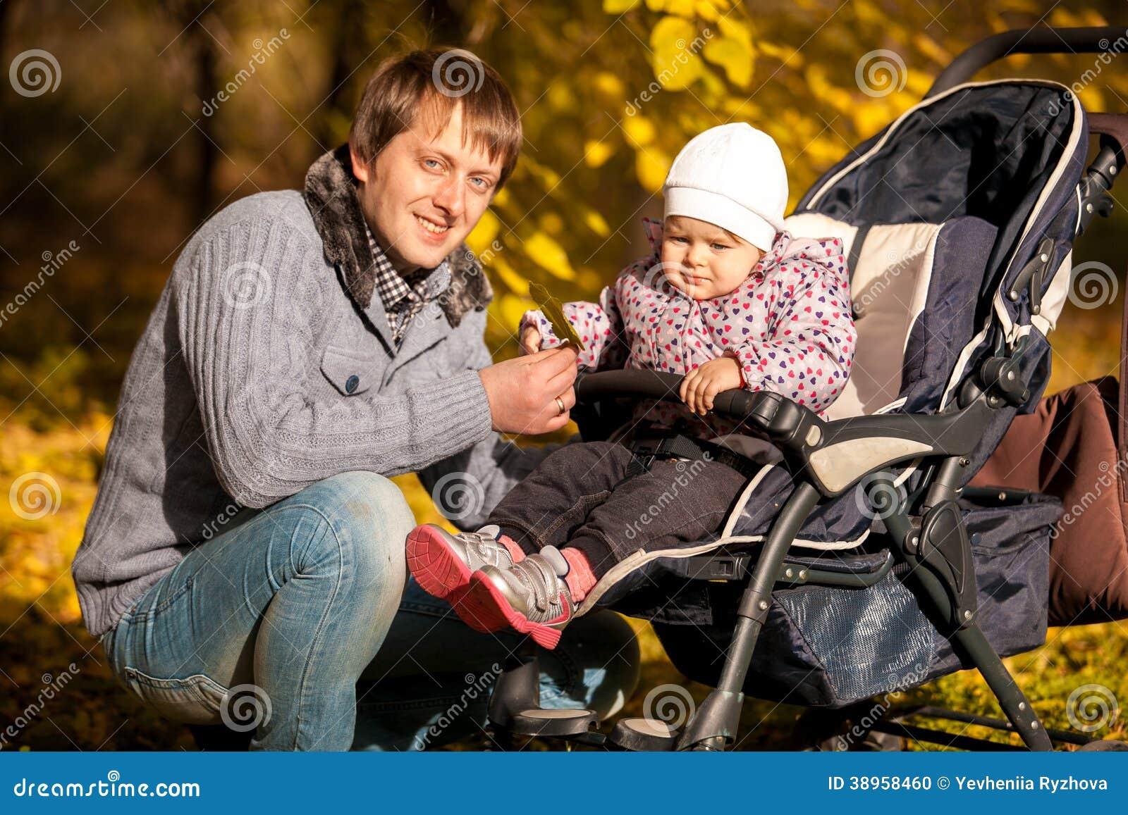 Vater und Tochter im Buggy am Herbst parken