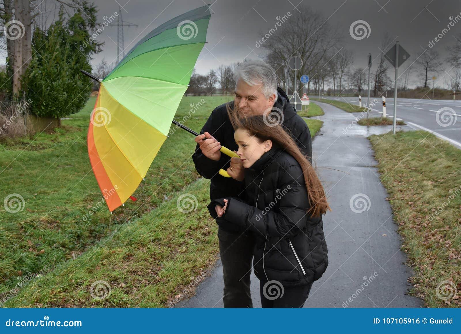 Vater und Tochter im stürmischen Wetter
