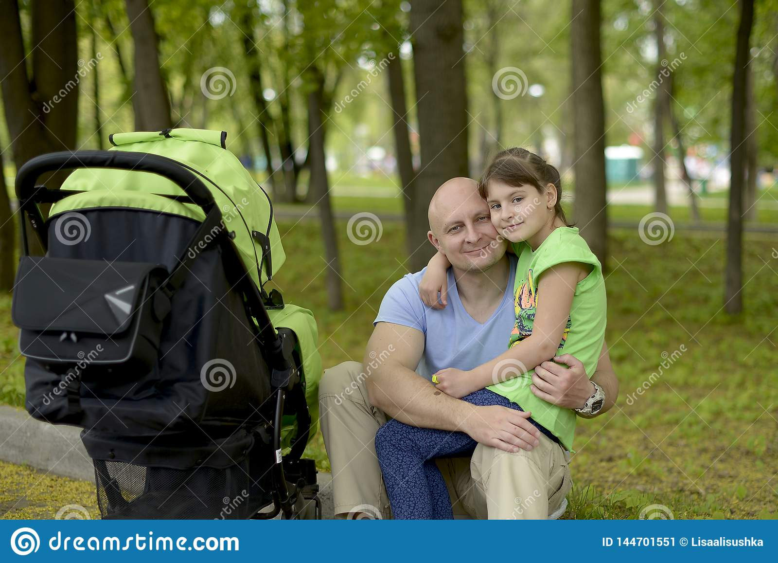 Vater- und Tochterweg mit einem Spaziergänger in einem Forest Park im Frühjahr