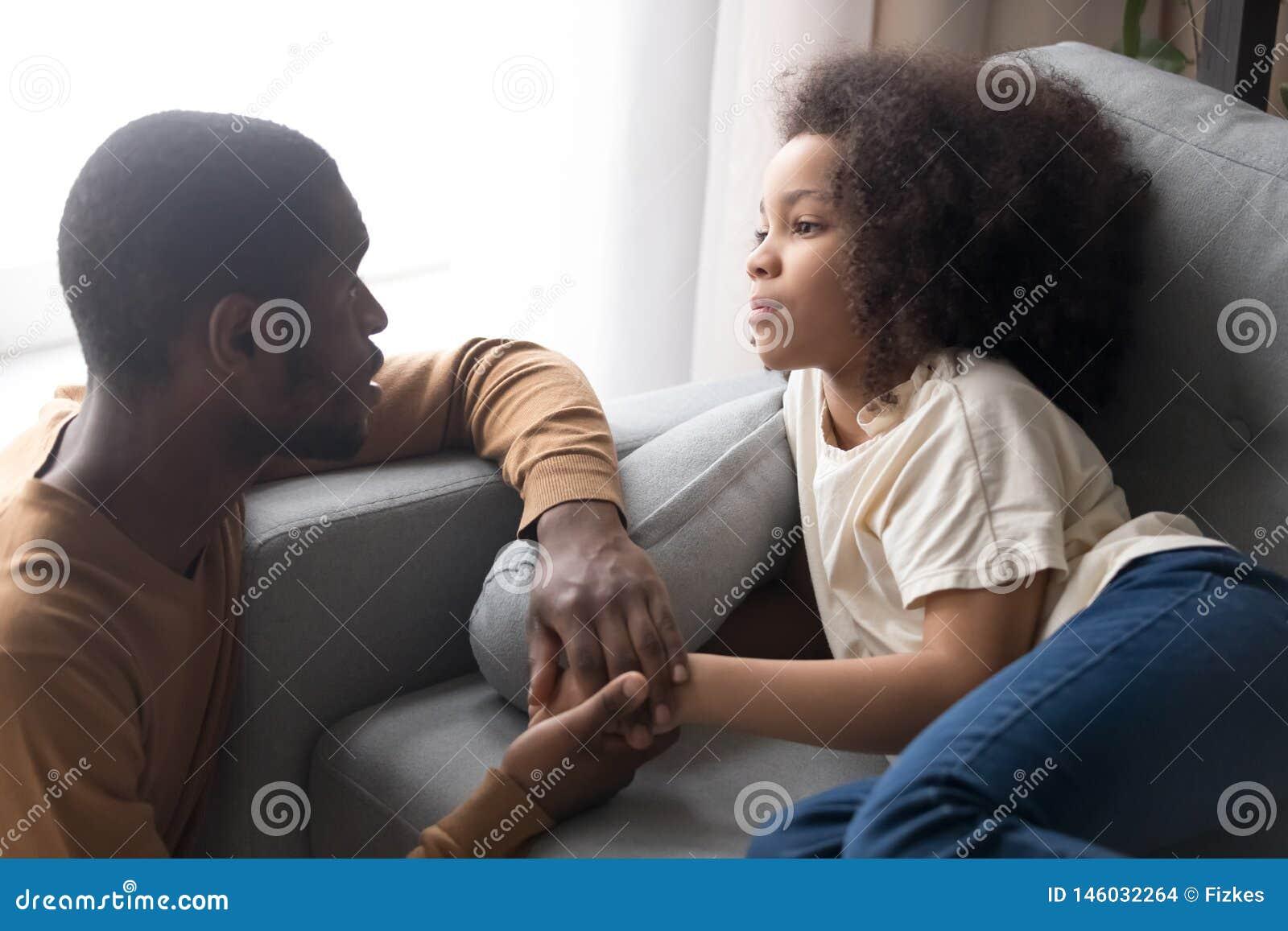 Schwarzer Papa bestraft Tochter