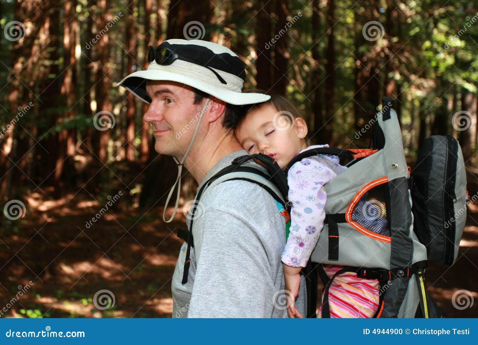Vati, der mit Baby wandert