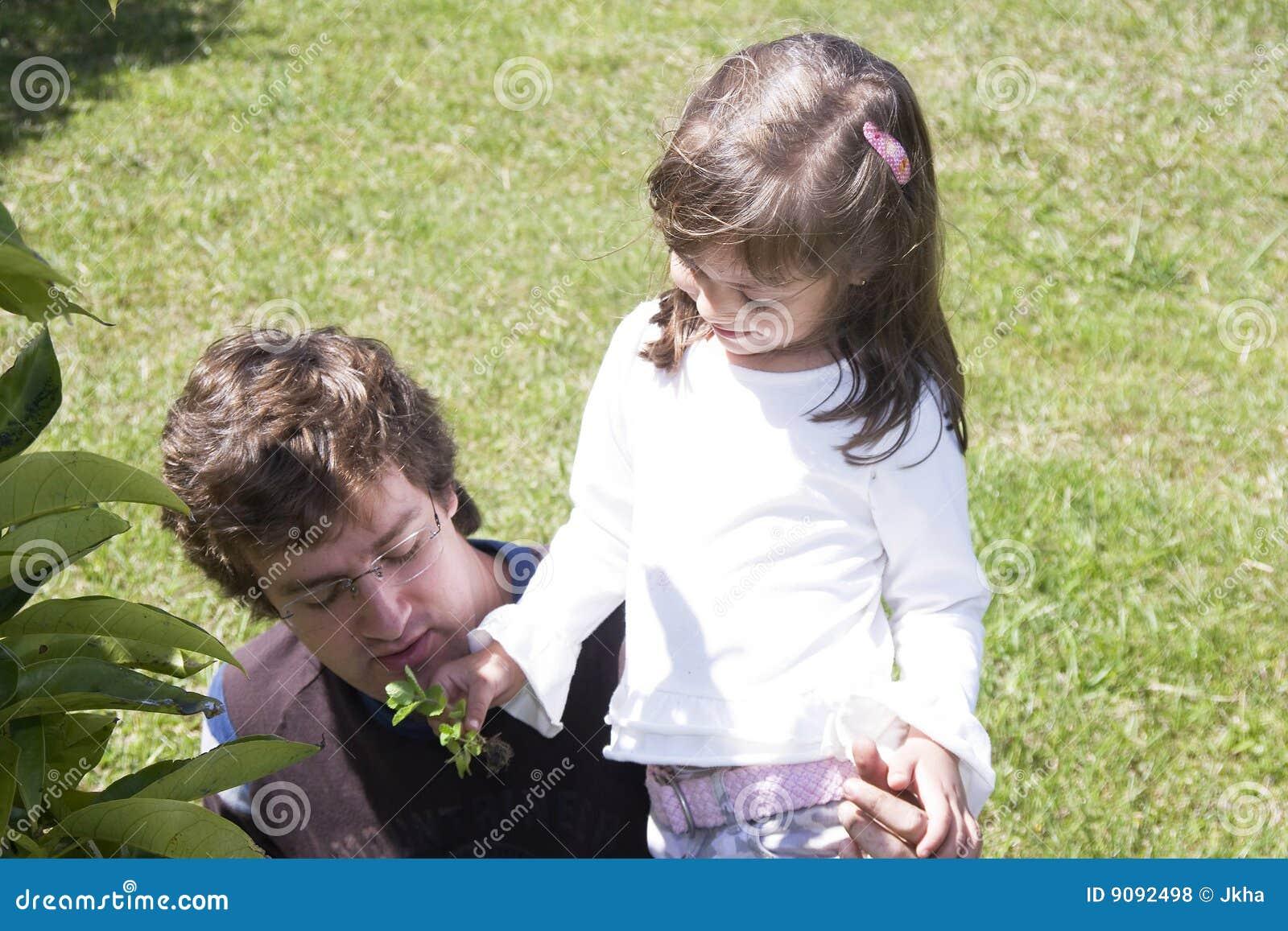 Vati, der mit seiner Tochter im Freien spielt