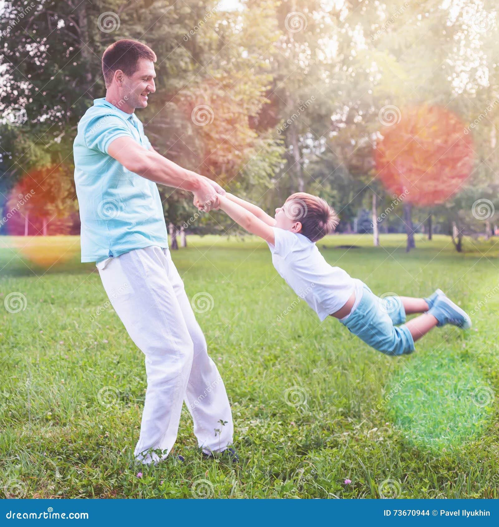 Vati dreht Kinderhändchenhalten im Freien