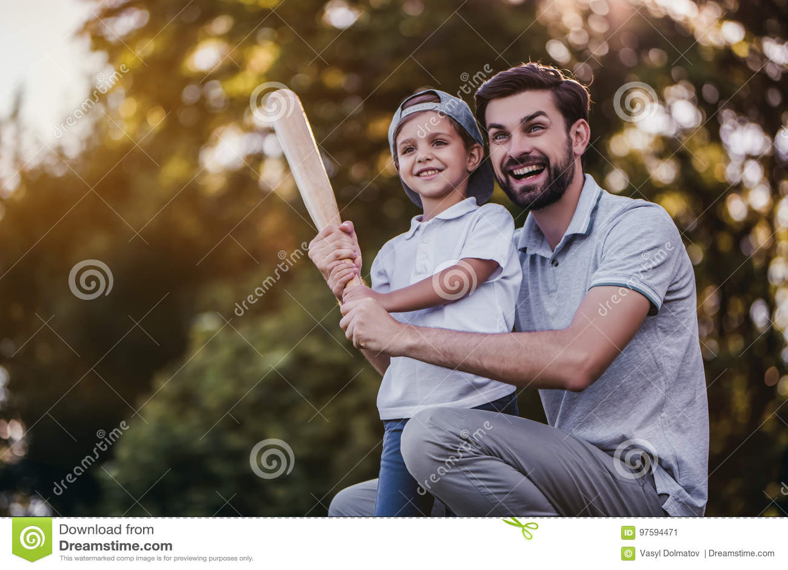 Vati mit dem Sohn, der Baseball spielt