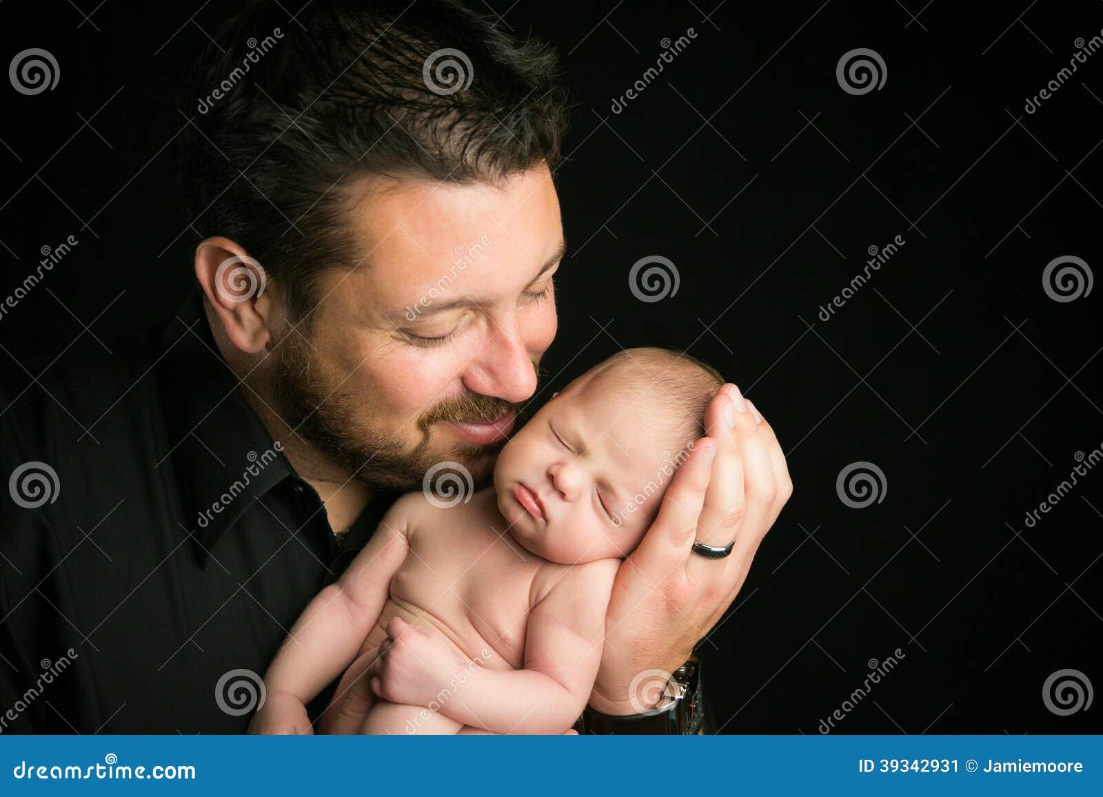 Vati mit neugeborenem Baby