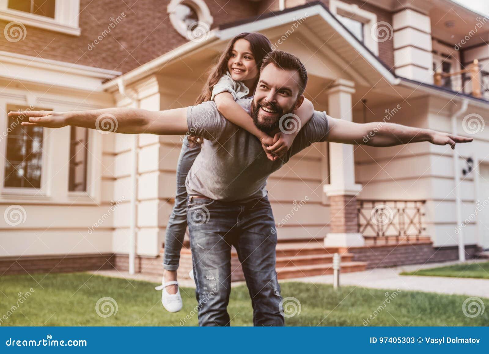 Vati mit Tochter draußen