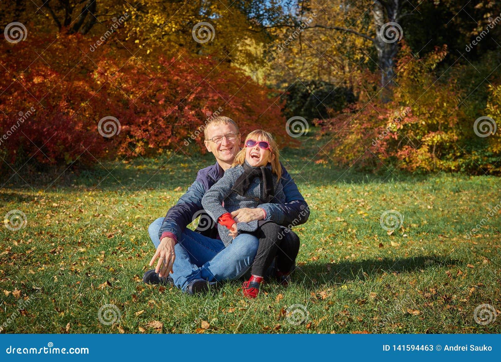 Vati spielt mit seiner Tochter im Park